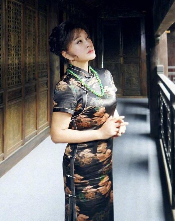 64岁刘晓庆真优雅,穿印花旗袍凹造型,真正穿出了旗袍的韵味