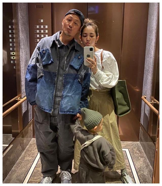 余文乐亲手为老婆设计裁制牛仔裤好宠溺,王棠云甜笑,看不出孕肚