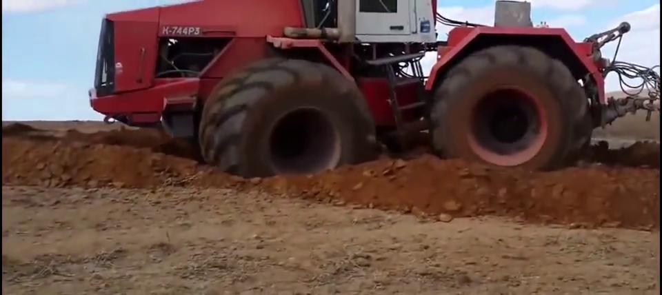 国外重型农用拖拉机打滑了,看看能不能开出来