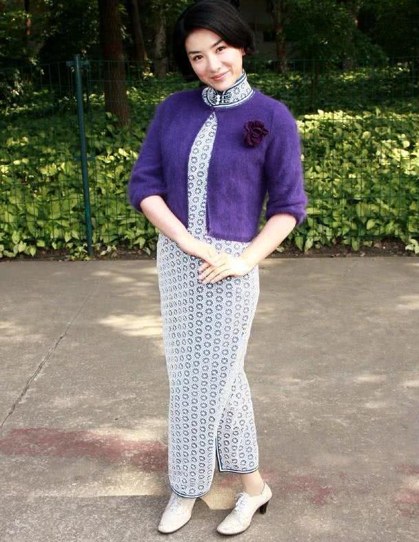 黄奕罕见穿旗袍,搭紫色开衫端正大气,却被一双小皮鞋毁了身高