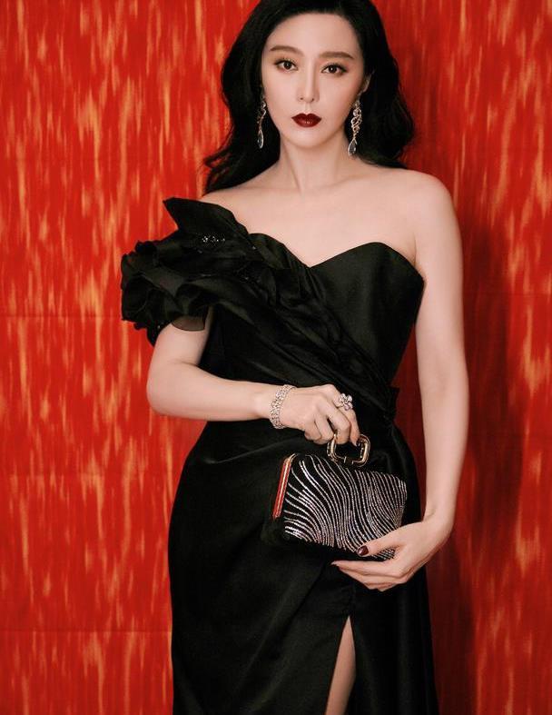 范冰冰华鼎奖黑色礼服礼貌登热搜,低调炫腿有心机,女王回归了?