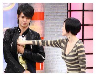 """谢娜在真人秀""""调戏""""易烊千玺,和小S吃男星""""豆腐""""有一拼"""