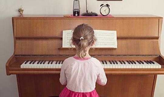 别再傻傻地花钱让孩子学钢琴,而不知道原因,同时家长陪伴很重要