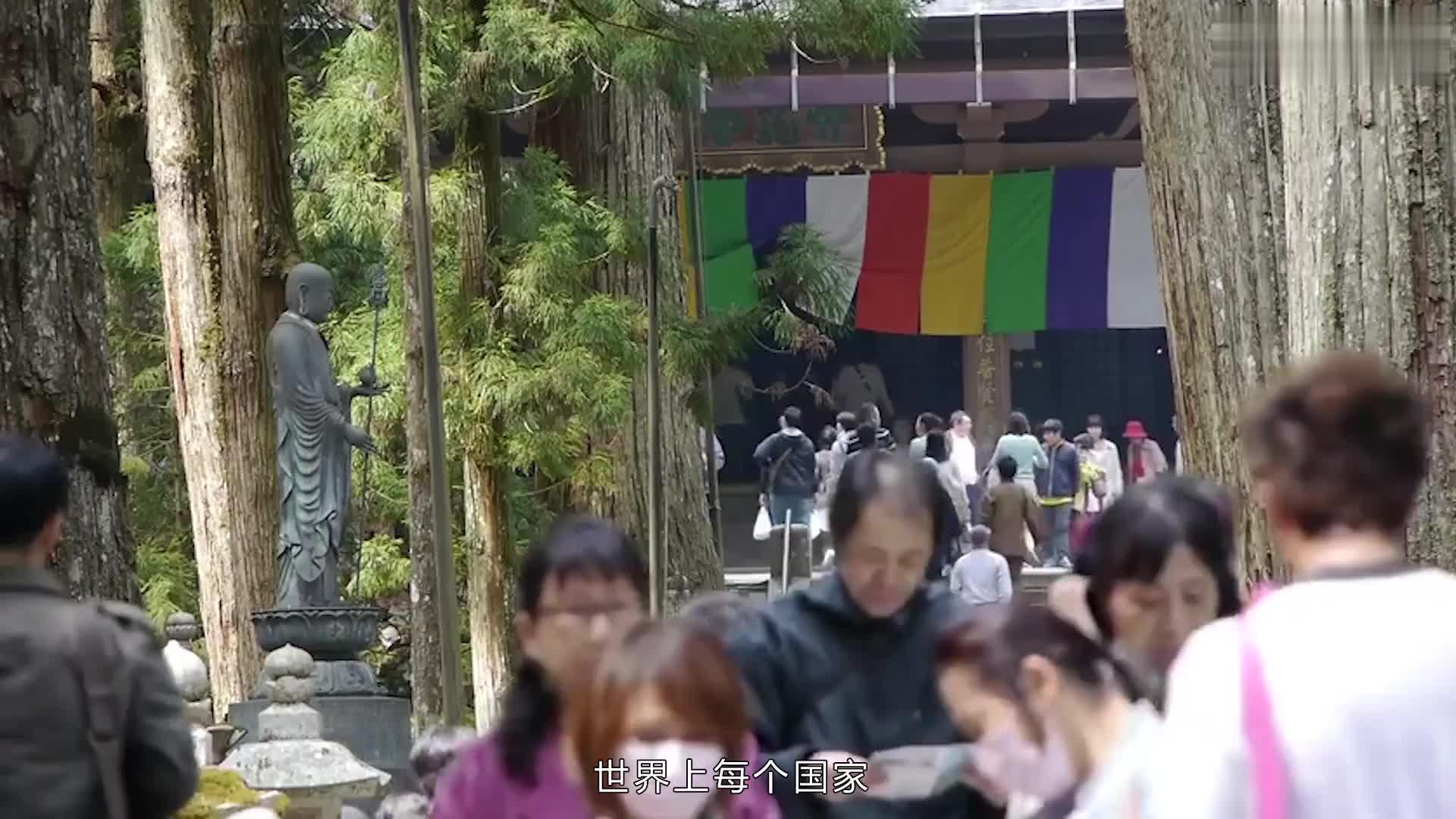 游客参拜日本神社,在牌上写下中文留言,内容十分搞笑