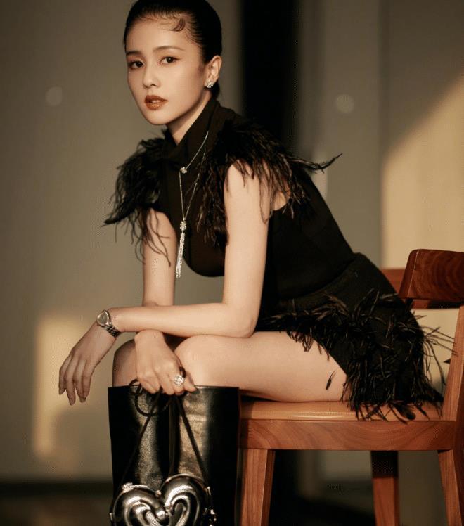 白鹿穿黑色羽毛裙性感高级,衬托完美身材,却输在发型上:太显老