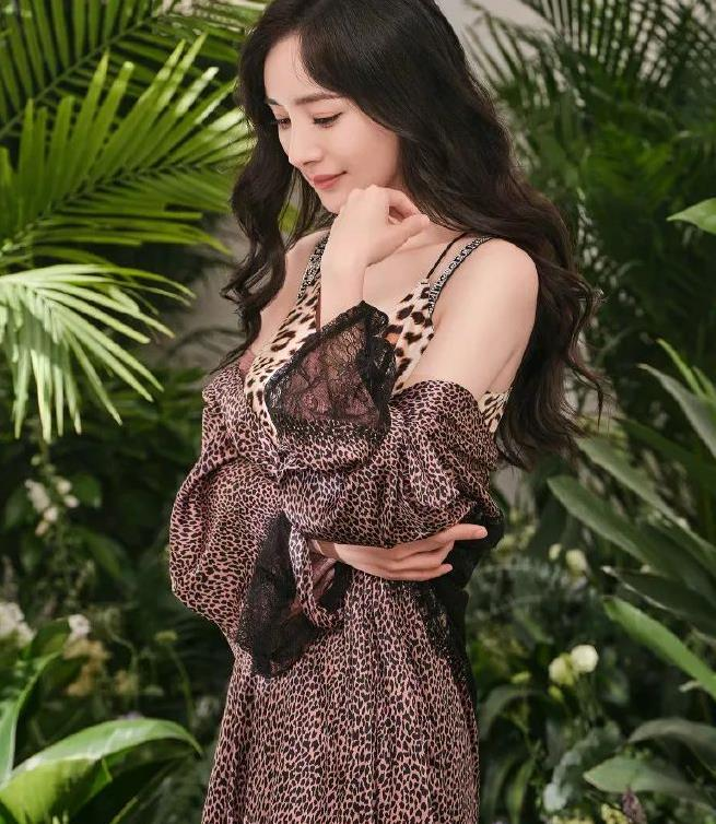 杨幂真是厉害!穿豹纹丝质睡衣拍宣传照,娇俏优雅好有女人味