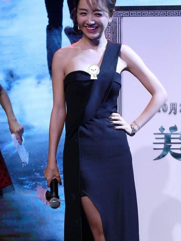 """杨蓉的""""礼仪裙""""真挺美的,显得腰条太柔软,真是娇嫩的女人"""