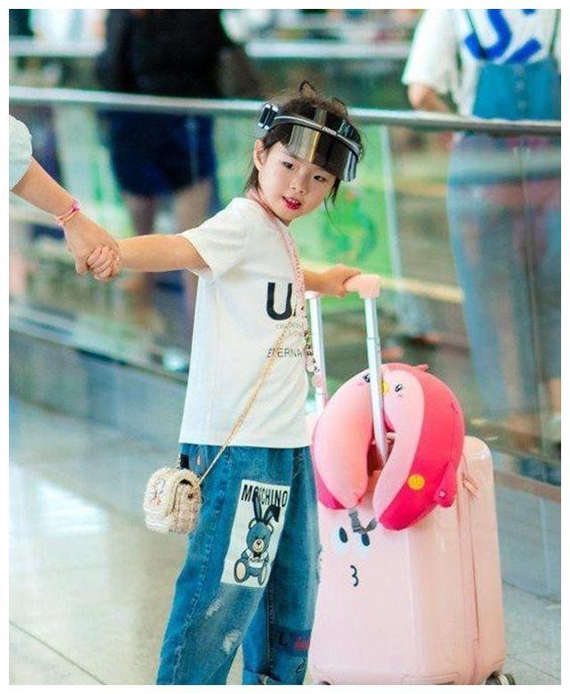 黄奕带女儿现身机场,母女红唇装扮相当亮眼,网友:还真不像母女