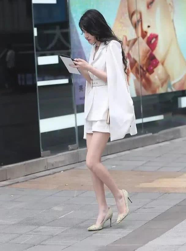 美女一双小小防水台的白色高跟鞋,让她的姿态显得更加的迷人