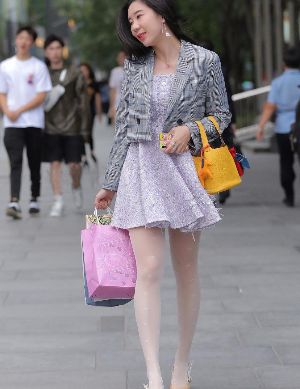 时尚女生真会穿,连衣短裙外搭短西装,造型显得优雅又高级