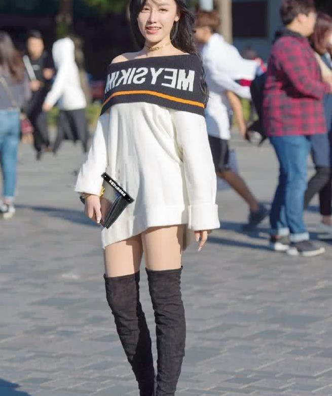 街拍:小姐姐长版卫衣搭过膝长靴,青春靓丽