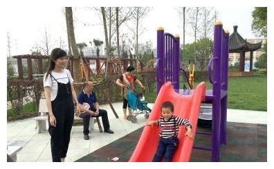 宝妈带孩子游乐场玩滑梯,两宝宝相撞,宝妈遭到对方家长指责