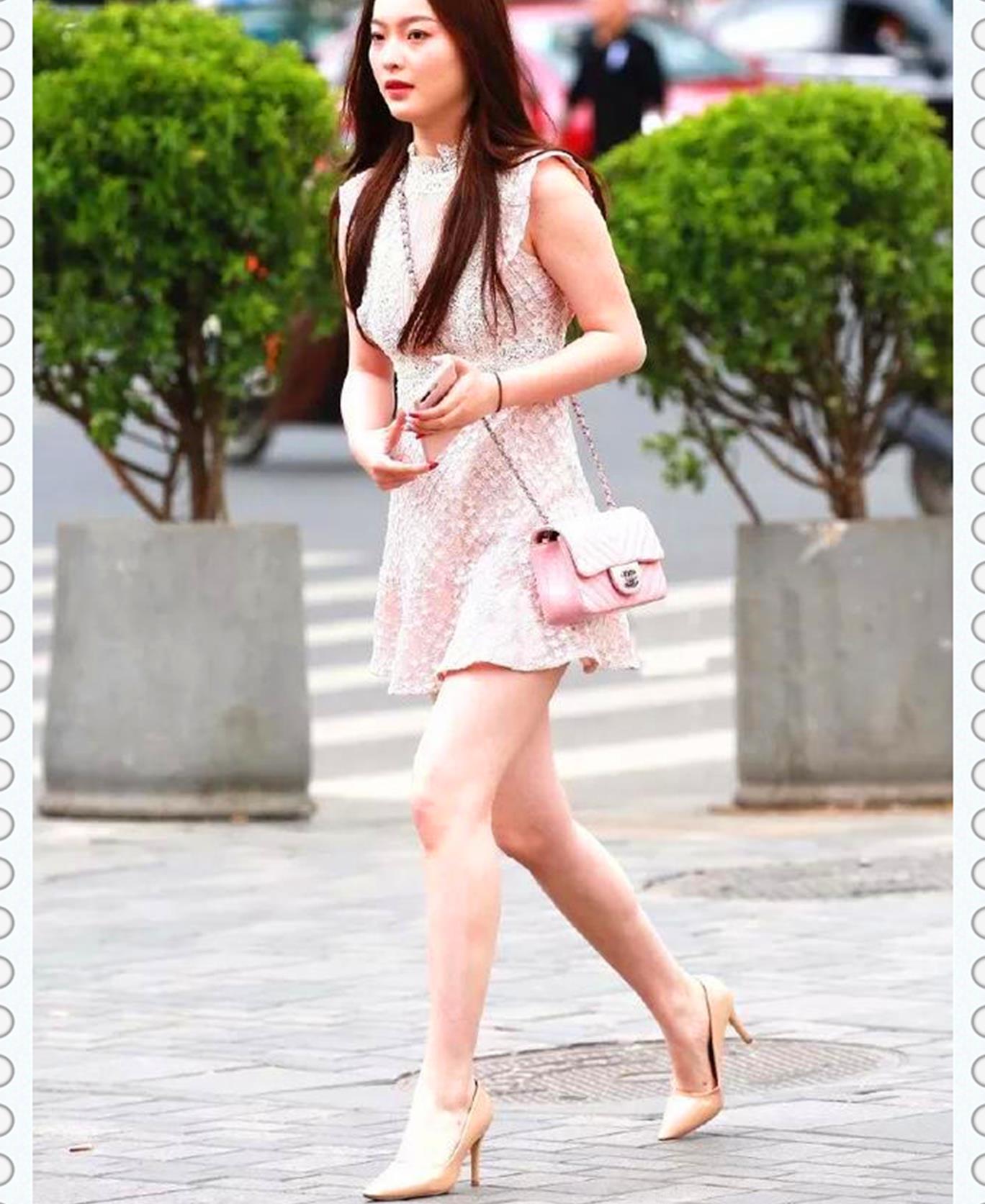 美女脚上鞋面网纱设计的高跟鞋,增添性感,让她看上去更加迷人