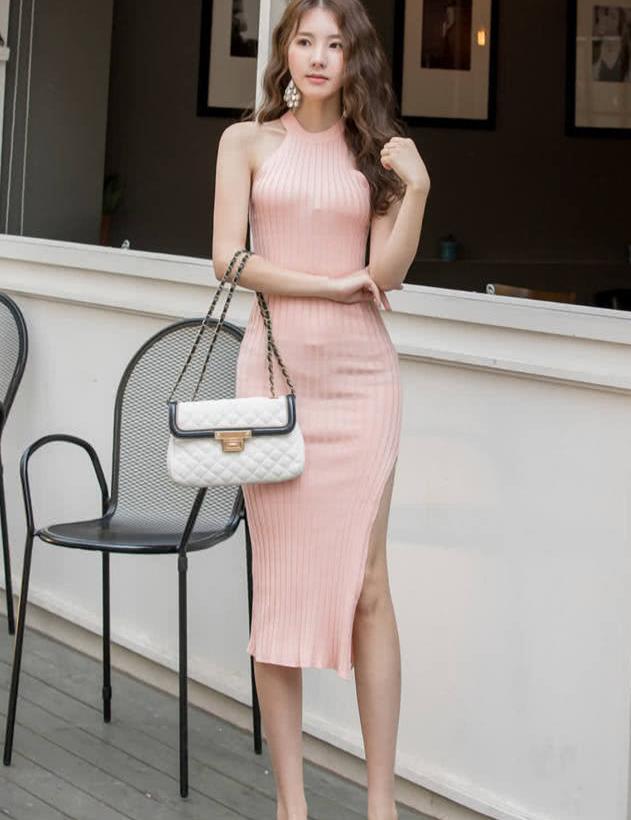 可爱薄纱束腰紧身浅粉连衣裙穿搭,简约纯色穿搭靓丽时尚