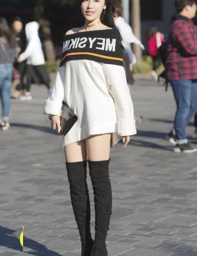 街拍:小姐姐长款T恤搭长靴,青春靓丽