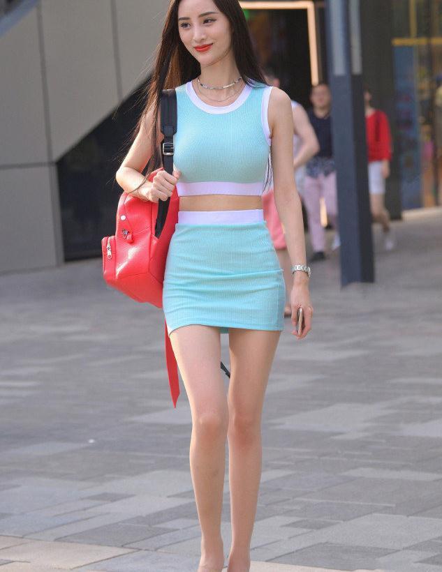 缤纷夏日,选择修身短裙套装,让你的造型显得优雅又清爽
