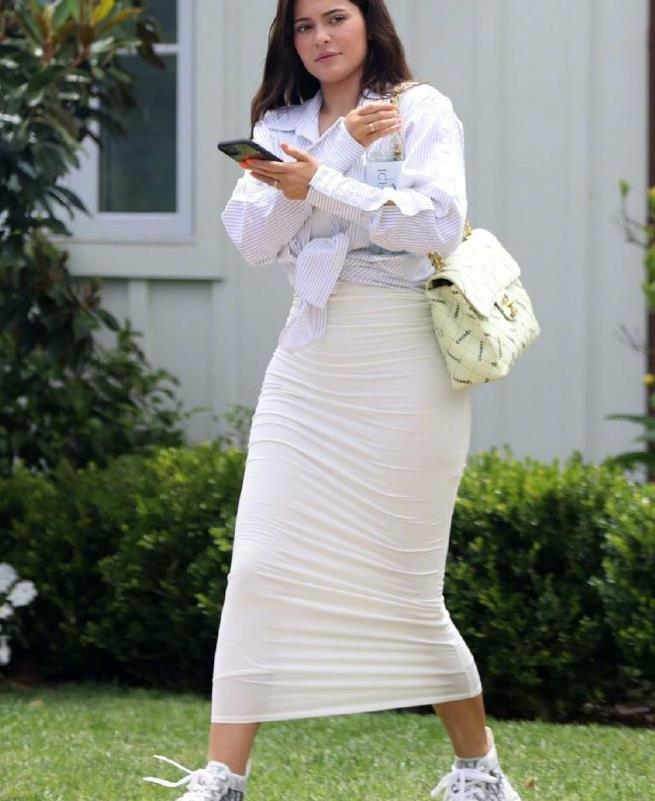 金小妹穿包臀裙街拍,巧把衬衫打结胯宽抢镜,身材不逊二姐卡戴珊