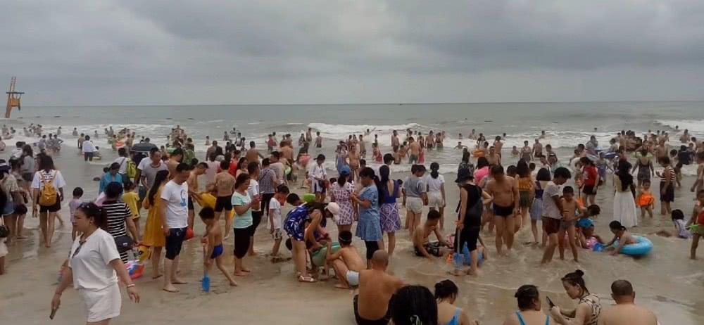 广西北海银滩,有天下第一滩的美誉,银色的沙滩非常美
