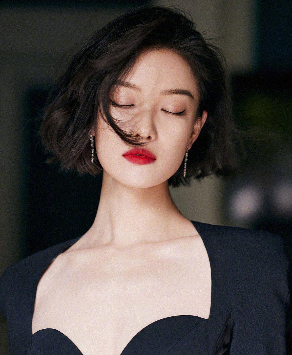倪妮今日份活动造型图,黑色紧身宫廷礼服+红唇短发锁骨!美到窒