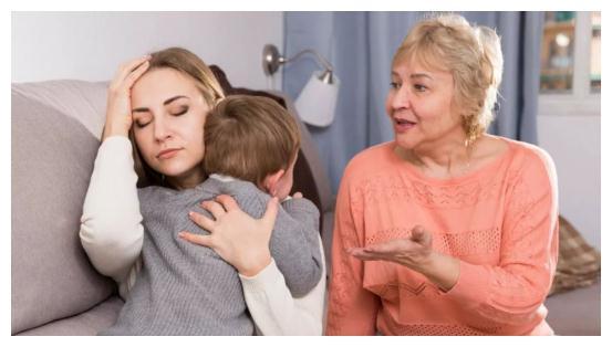 教育孩子时长辈经常插手,传统隔代亲对家长是利是弊?