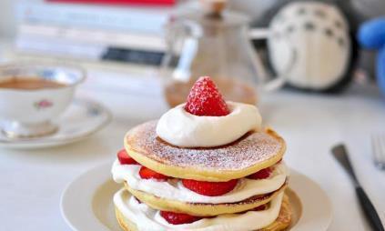 甜点:奶油松饼,油炸面糊时表面出现气泡翻面