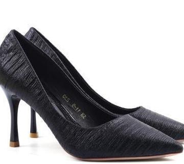 具有丰富层次感的折皱鞋面的银白色高跟鞋