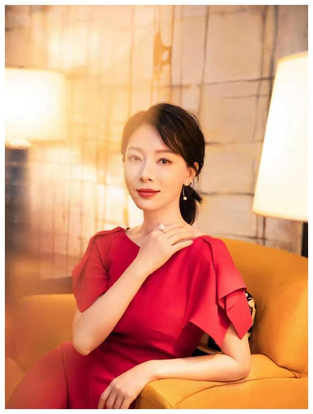 42岁陈数太会穿了,中国红长裙配低马尾高贵优雅,皮肤白皙比花娇
