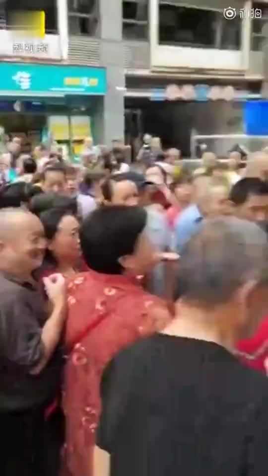 重庆一女子疑似用假币被识破后当众吞掉