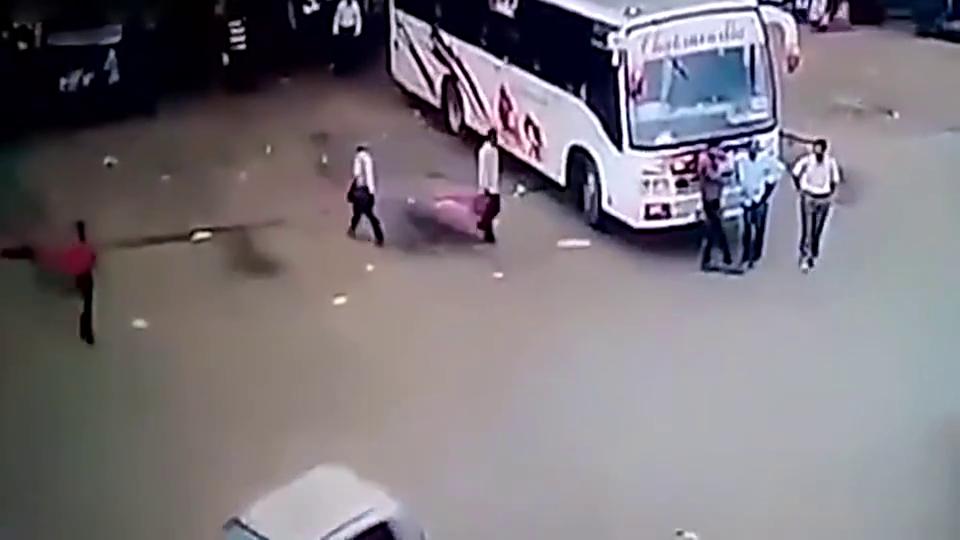 几名男子在客车前聊天,监控拍下怪异事故