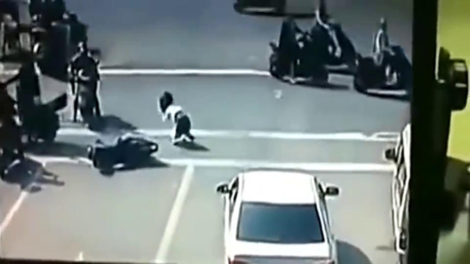 女子路口被人撞倒,随后又遭暴力殴打,监控拍下绝望全过程