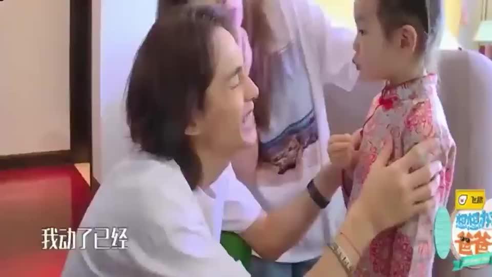 李承铉和女儿挑战木头人,Lucky惨变斗鸡眼,这是真可爱!