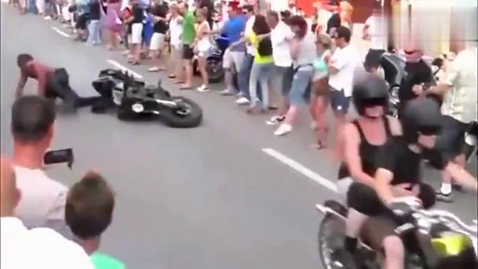 街头围观机车党,帅不过3秒,骑着哈雷摩托的大叔悲剧了