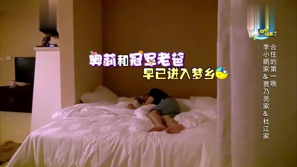 甜馨喝奶姿势超霸气,贾乃亮跟着模仿,不是一家人不进一家门