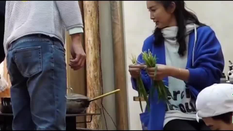 大华和李冰冰学会了择韭菜,任泉:有个女师父什么都能学会