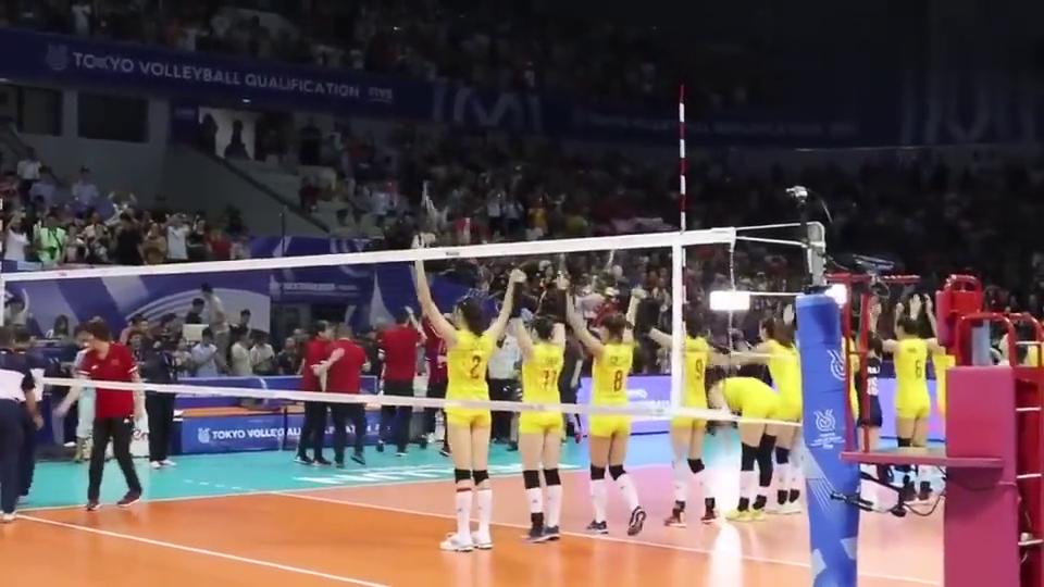 中土赛后:朱婷和中国女排姑娘们向球迷挥手致意感谢