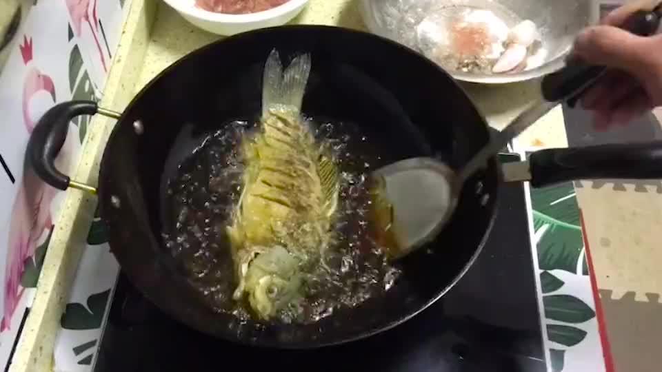 红烧鲫鱼最简单好吃的做法,这样煎鱼不粘锅不破皮,鱼肉鲜嫩