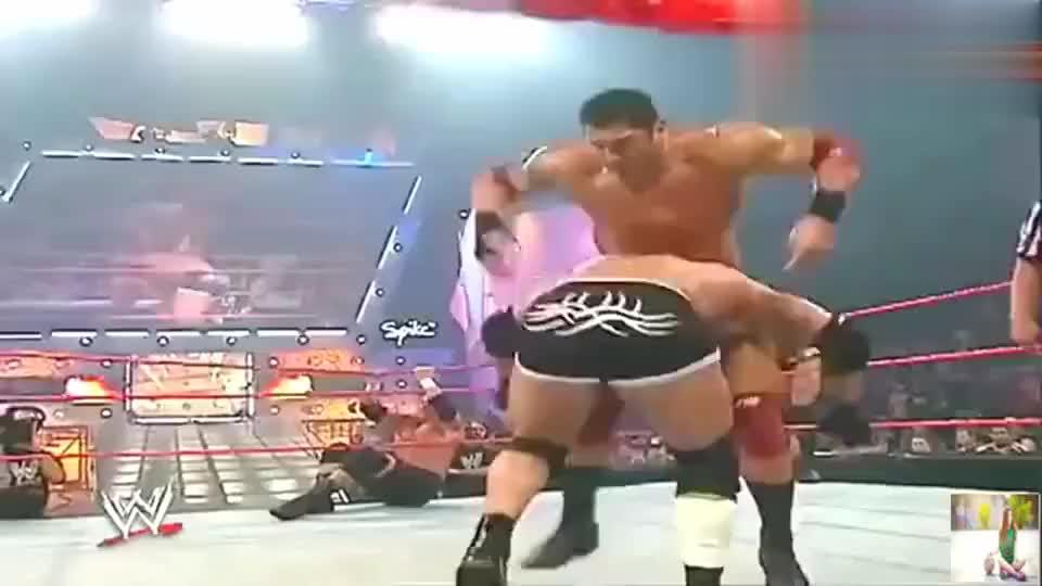 WWE:高柏扬言一挑三,结果被HHH、兰迪奥顿、巴蒂斯塔打惨了