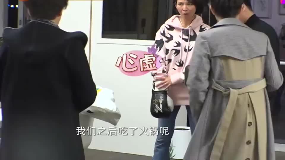 蔡少芬陈法蓉在家吃火锅,得知张晋为自己淋雨买饼,瞬间愧疚不已