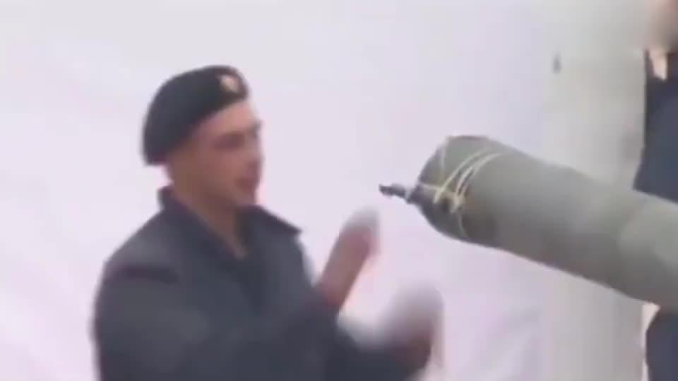 实拍俄军坦克才艺展示,炮筒画五角星真的秀!