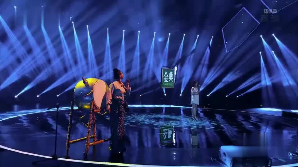 阿朵中国式魅力的舞台风格牵动人心,携手汪小敏带来歌曲身骑白马