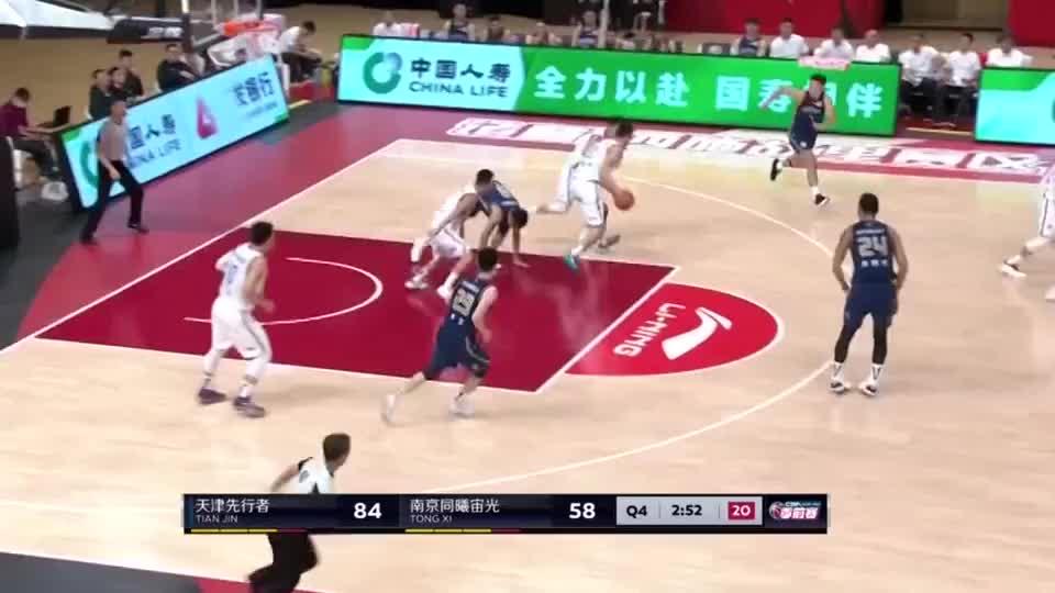 天津小将谷泽浴一条龙快攻,打成2+1,场边的队友齐刷刷鼓掌