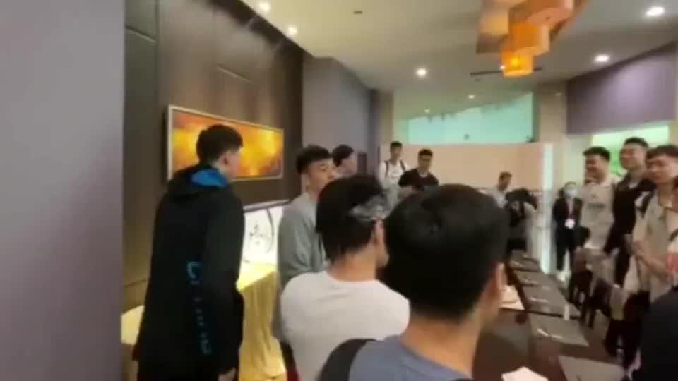 新疆男篮浓眉哥过生日,全队齐唱生日歌,送上祝福