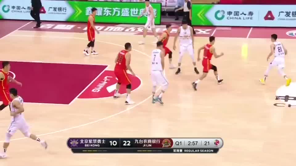 姜宇星快速反击,顶着俞长栋完成上篮