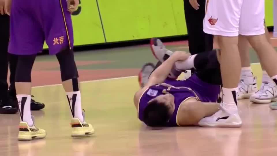 俞长栋投篮落地时意外受伤,老马满是着急
