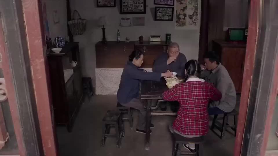 杨豆筋带通知书回家,三妹变成公办教师,全家人乐开了花