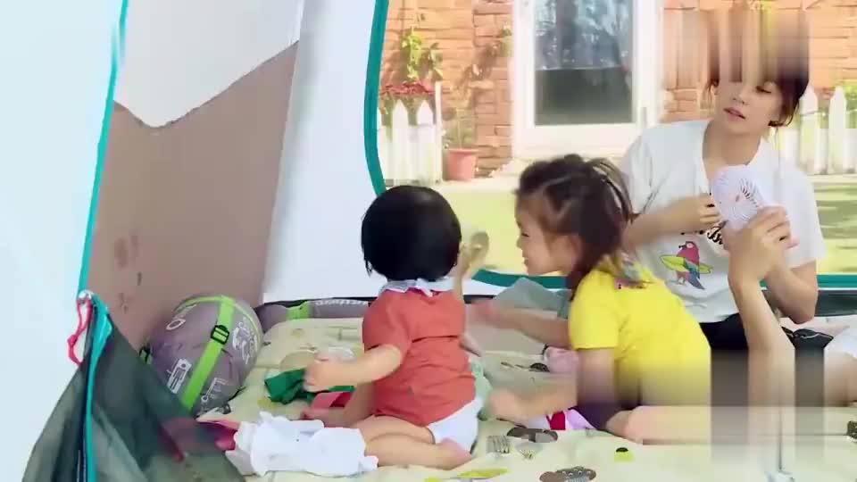 修杰楷撒娇躺贾静雯身上,咘咘:我也躺妈妈身上!好暖的一家!
