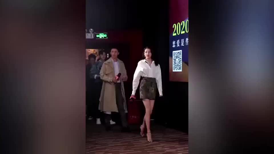 粉丝向关晓彤请教长腿秘诀,黄景瑜扎心回复:你可能来不及了