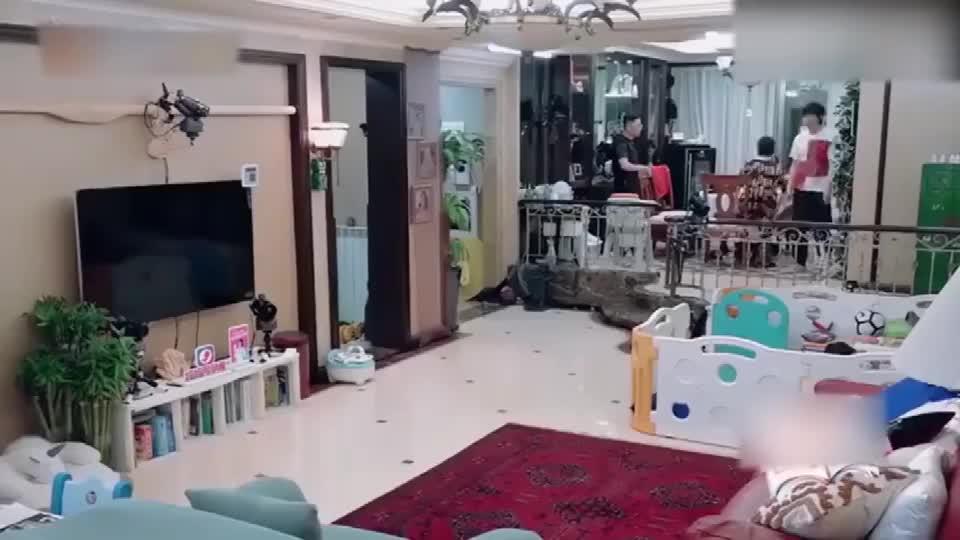 王弢想跟张绍刚秀腹肌,让刘璇用健身球砸他,结果翻车来得太快!