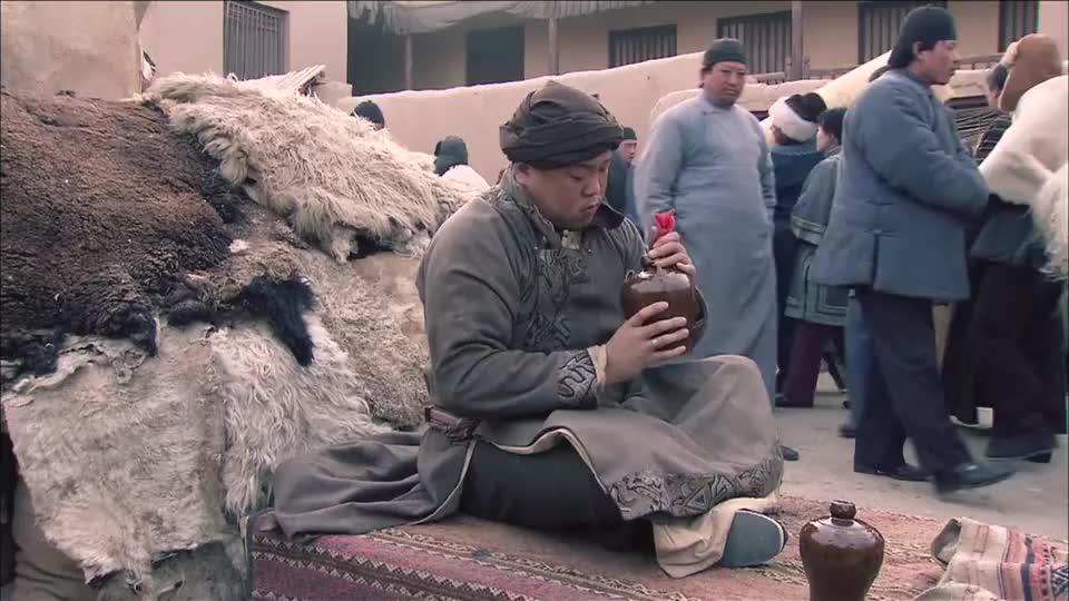 丝路:草原大汉关顾着喝酒,被人蒙了都不知道,天宝直接揭穿那人