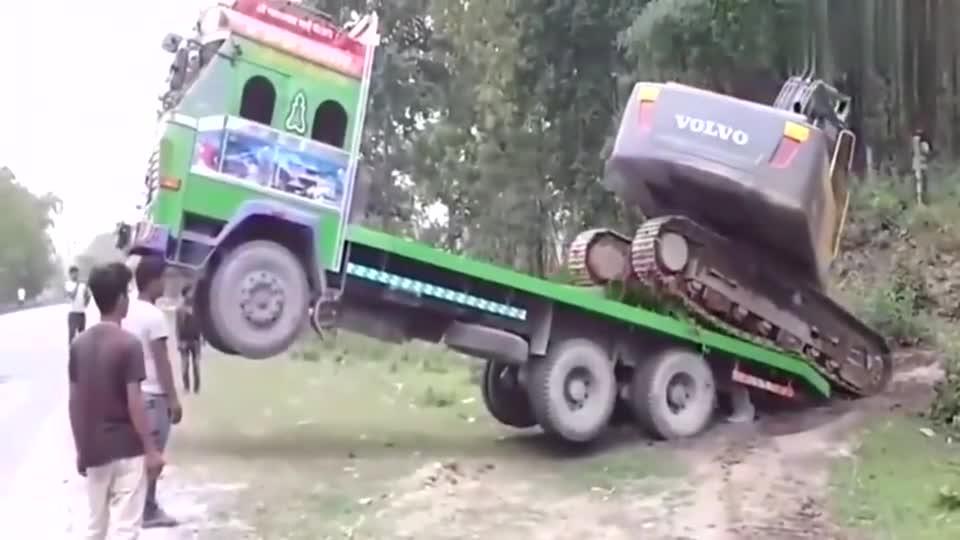 挖掘机司机操作真溜,不愧是高手,简单一弄大货车就下来了